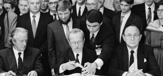 12.09.1990. DDR-Ministerpräsident Lothar de Maizière ist dabei, im Hotel Oktjabrskaja/Moskau den Zwei-Plus-Vier-Vertrag zu unterzeichnen. Auf dem Bild sind zu sehen (v.l.n.r.): Roland Dumas (Frankreich), dahinter stehend Michail Gorbatschow (UdSSR), Lothar de Maizière (DDR), Hans-Dietrich Genscher (Bundesrepublik Deutschland). Bildnachweis: REGIERUNGonline Reineke, Engelbert (Fotograf)