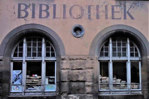 Da liegen sie, die Bücher, und warten auf Leser. (Es wird besser nicht verraten, wo.)