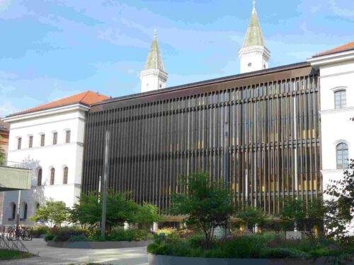 Philologicum der Universität München, Hofseite mit Haupteingang